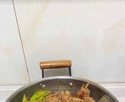 用麻辣水煮鱼料子做的炒鸡,又加了点甜面酱,很成功吆
