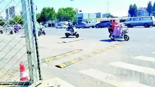 百米非机动车道铺七道减速带, 市民: 颠得要吐