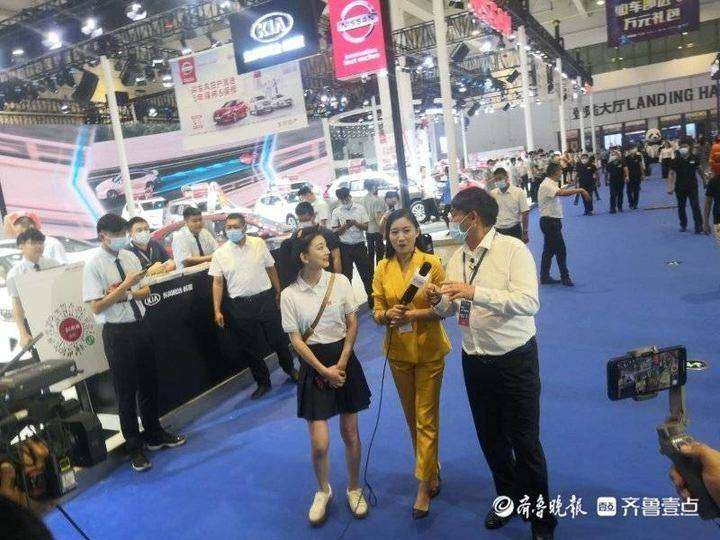 齐鲁壹点记者直播车展, 偶遇前来看车的朱之文