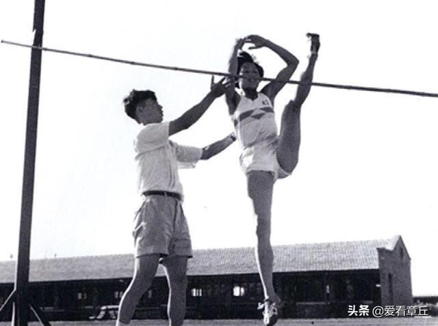 中国运动员打破跳高世界纪录第一人——章丘郑凤荣