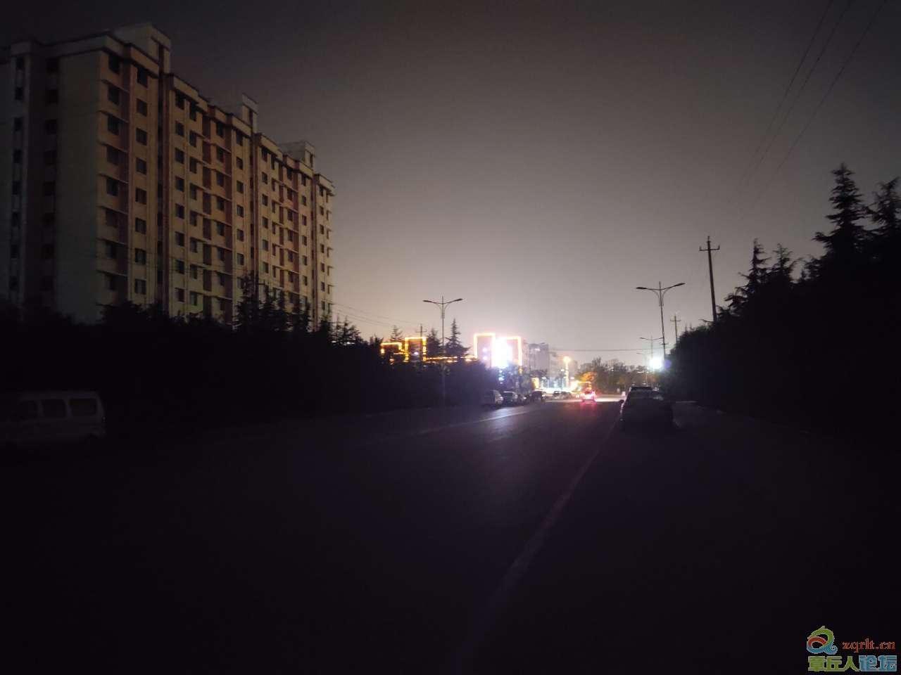 城东工业园东昌大道晚上漆黑一片,路灯成了摆设