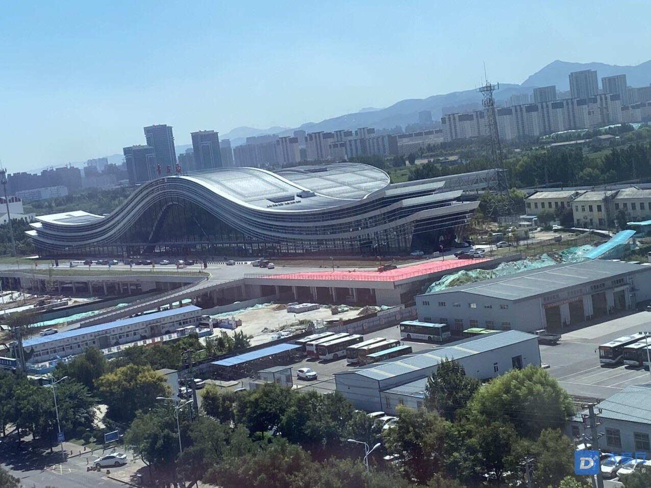 9月份的章丘站,正在进行绿化工作,这些红红的是啥?