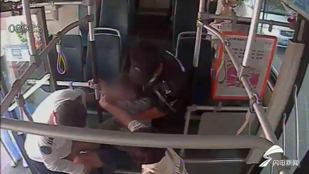 生死时速! 老人乘车突然发病 济南公交司机三分钟紧急送医