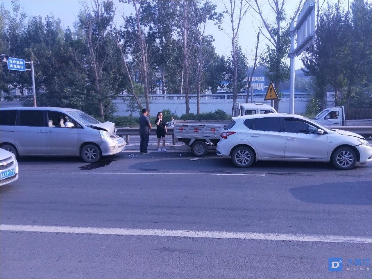 百脉泉酒厂东50米发生三车相撞