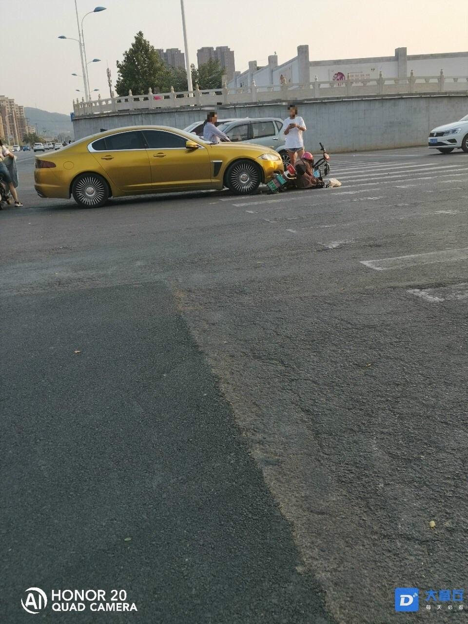 章丘国税局路口,一开豪车的女司机撞上了骑电动车的大姐!