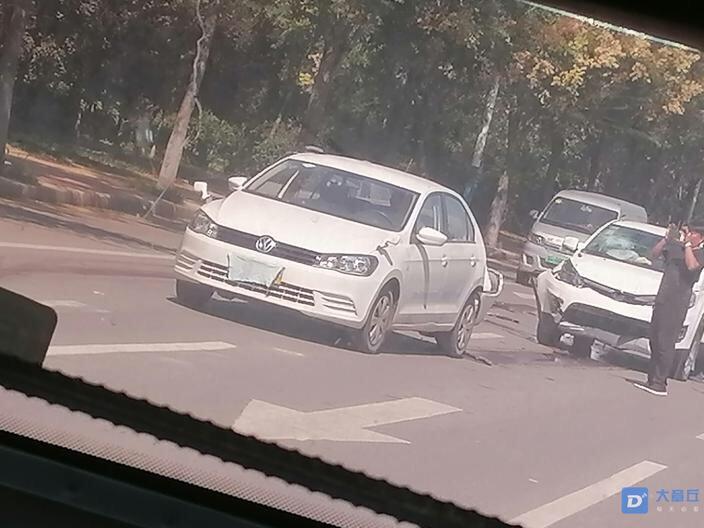 诺德名府前,2辆白色轿车追尾!