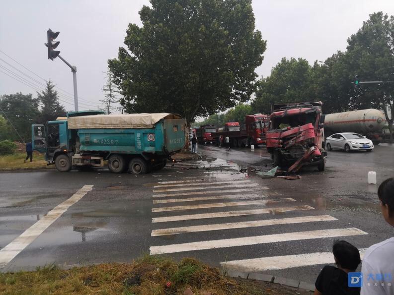 官庄路口发生车祸,两大车相撞。
