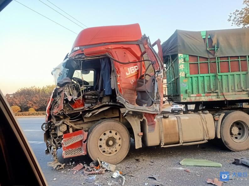 今天早上济青路 王白庄东边两辆半挂 发生碰撞!