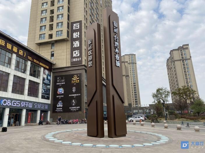 台湾不夜城有网红钢琴啦!踩上去会响的那种。一共有两
