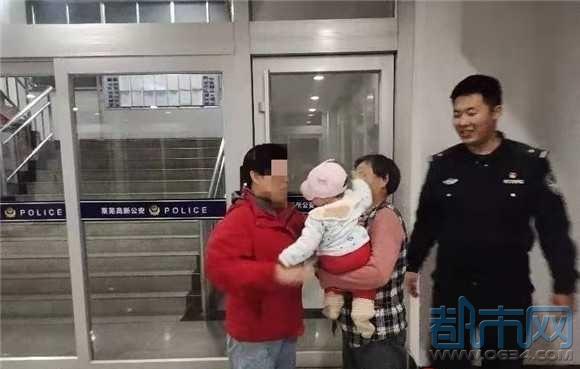 老人带孩子走失不知回家路,民警暖心助其回家