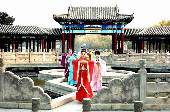"""太美啦!章丘的旗袍姐姐们在百脉泉""""梦回汉唐""""!"""