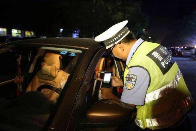 咋想的?章丘王某喝了酒去派出所方便,被民警带了个正着!