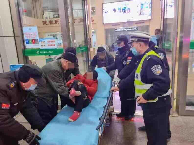 争分夺秒!章区居民发生意外,交警开辟生命通道护送就医