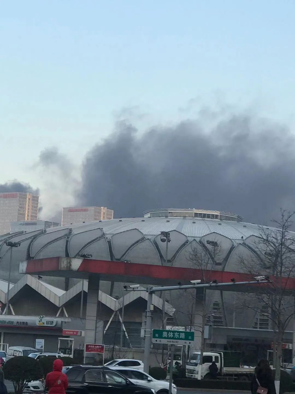突发!济南一在建工地房顶沥青起火,现场浓烟滚滚(视频)7辆消防车赶赴事发地