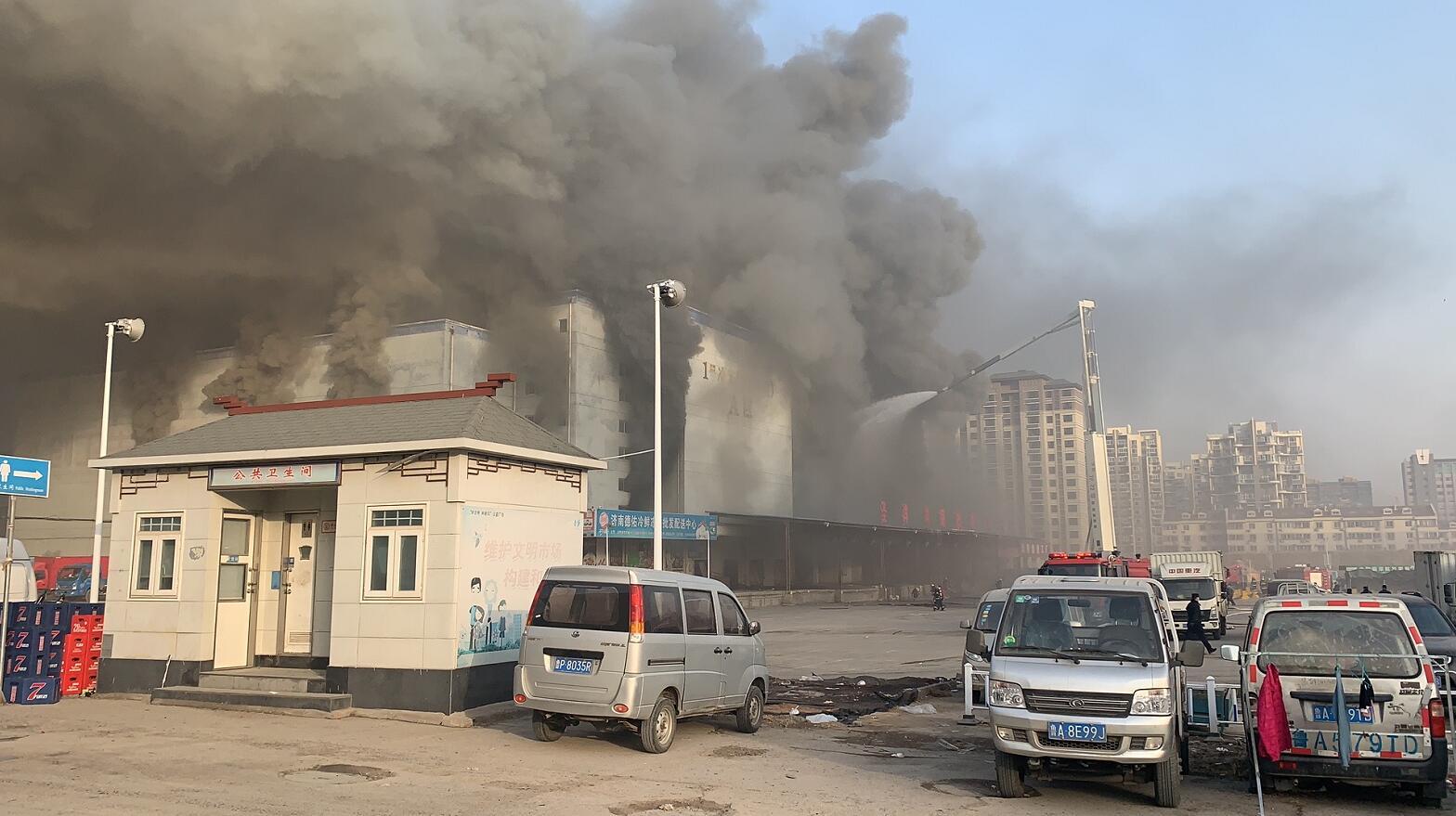突发!济南银座圣洋物流副产品批发市场废弃冷库着火1人被困