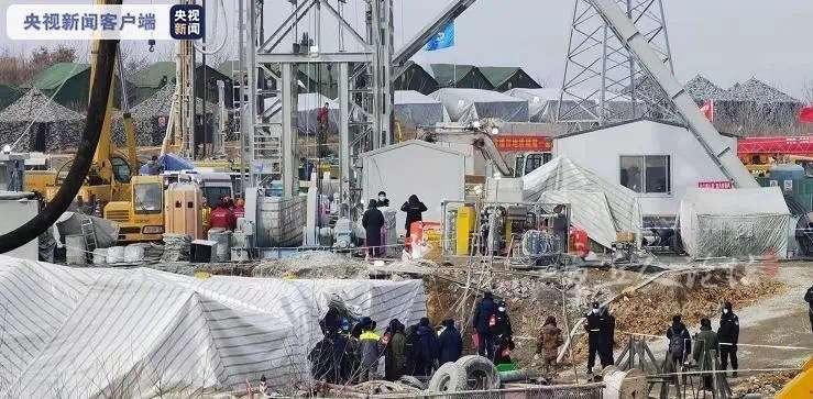 山东栖霞金矿爆炸事故救援最新进展:第一名被困矿工已