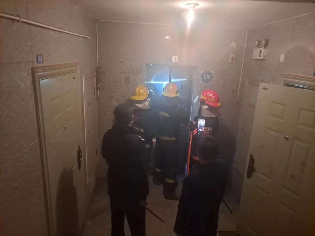吓坏了!章丘一小区四人被困电梯!