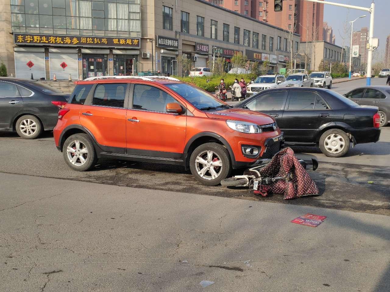 山泉路跟车站街的交叉路口,早高峰撞车了。