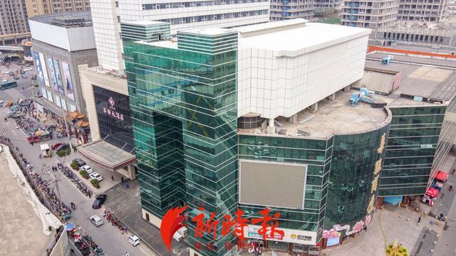 济南首个!立体停车场安家商业综合体楼顶,车辆乘坐电梯自动停放