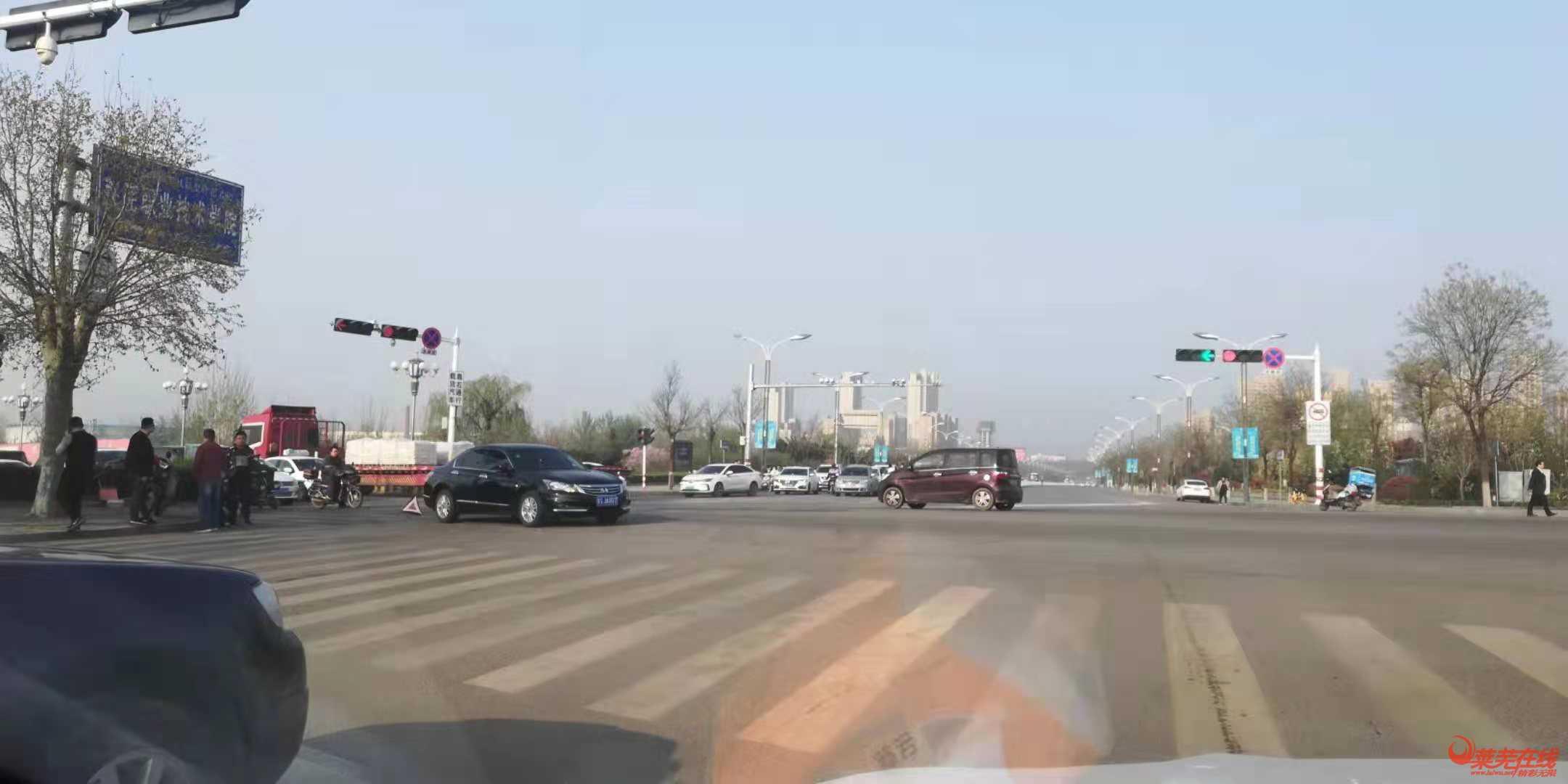 今晨凤凰路与山财大街路口三车追尾,路过请注意!