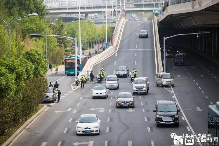 查处首日,济南多名乘客后排不系安全带被交警处罚